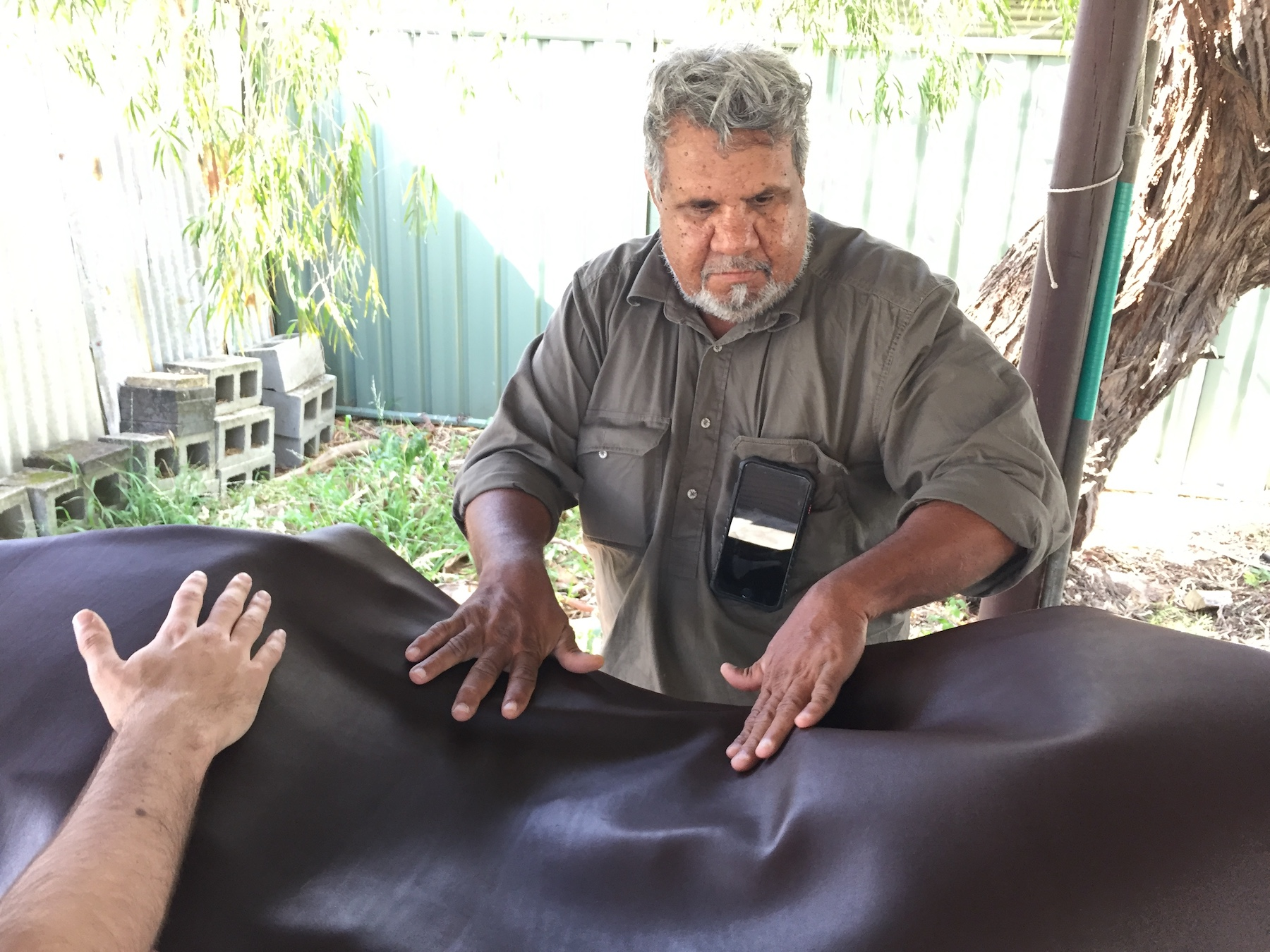 Johnny Nargoodah trabajando en su obra de arte aborigen
