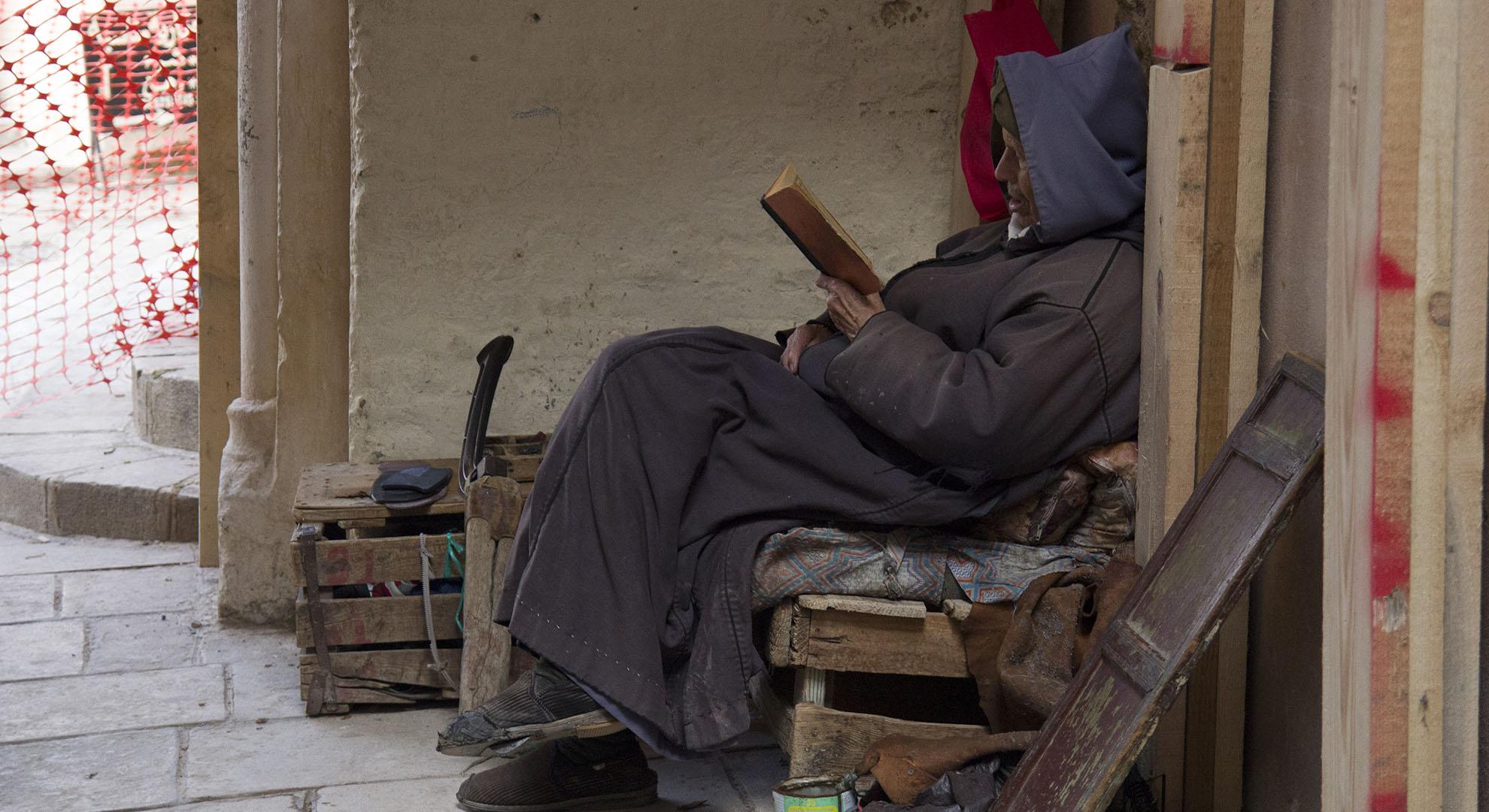 hombre leyendo en la Medina de Fez