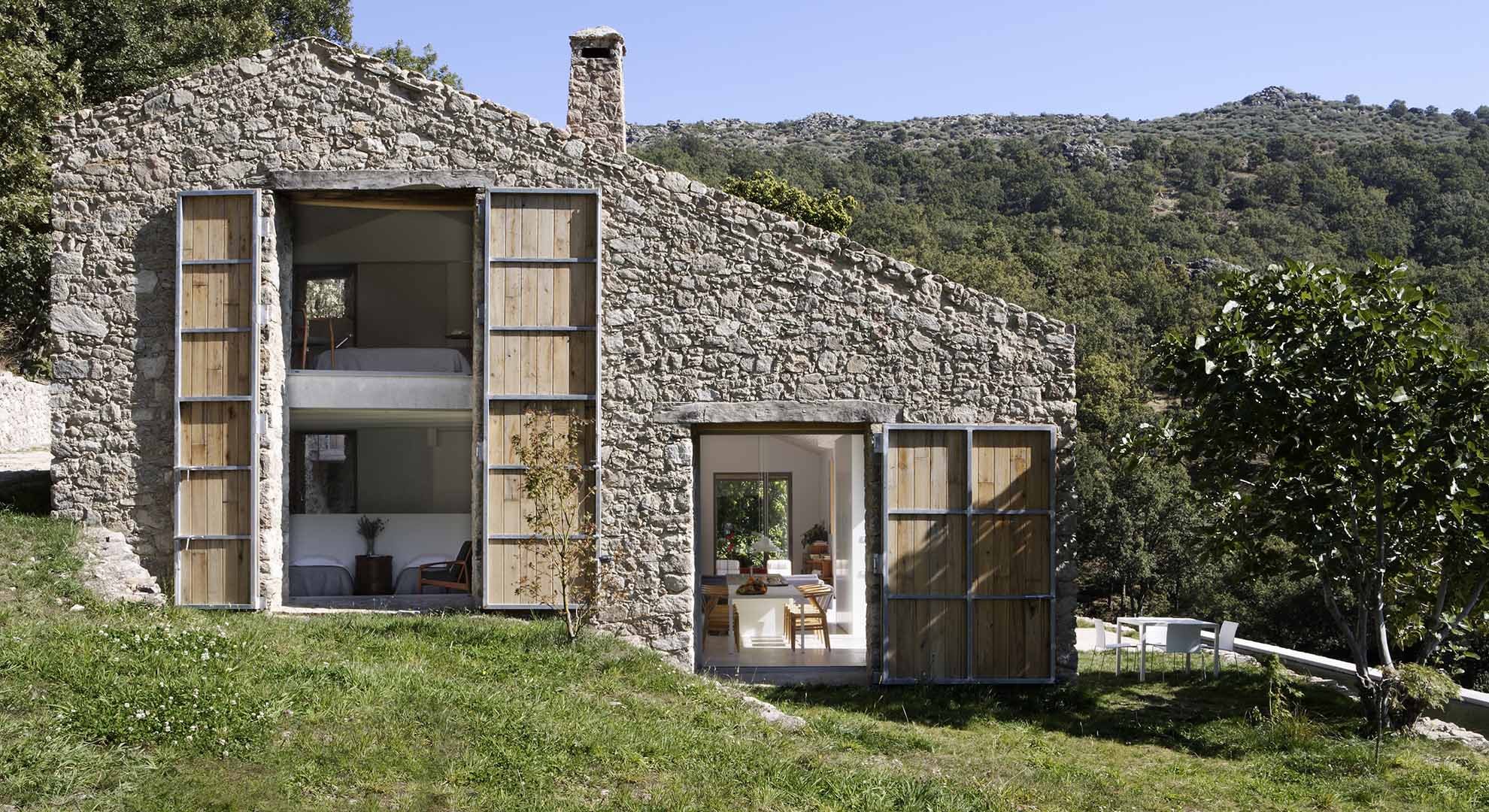 Sustainable architecture holiday home by Ábaton Studio