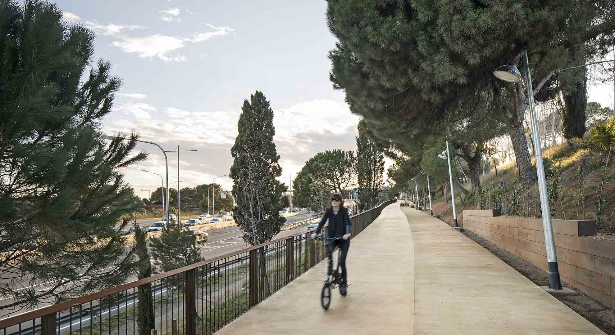 A urban bicycle path in Barcelona by Batlle & Roig Arquitectes
