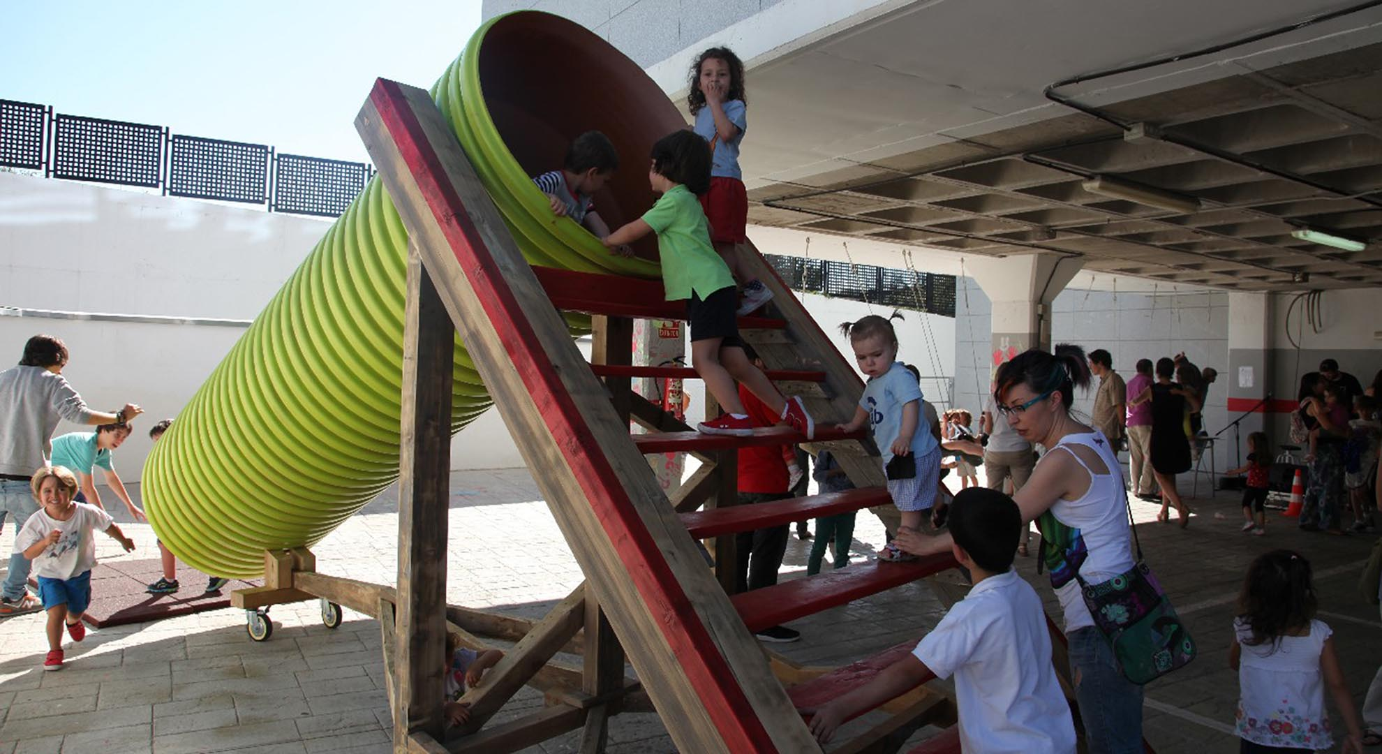 A giant pipe becomes a fun slide at the Ideo School, which is an original way of facing ecological transition