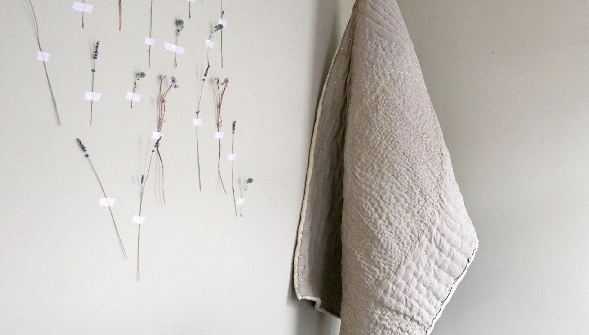 Colchas y tejidos realizados en materiales naturales, alternativa a la ropa de plástico.