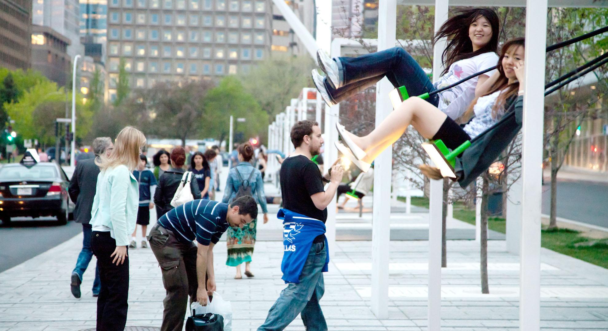Columpios en el espacio público de Montreal.