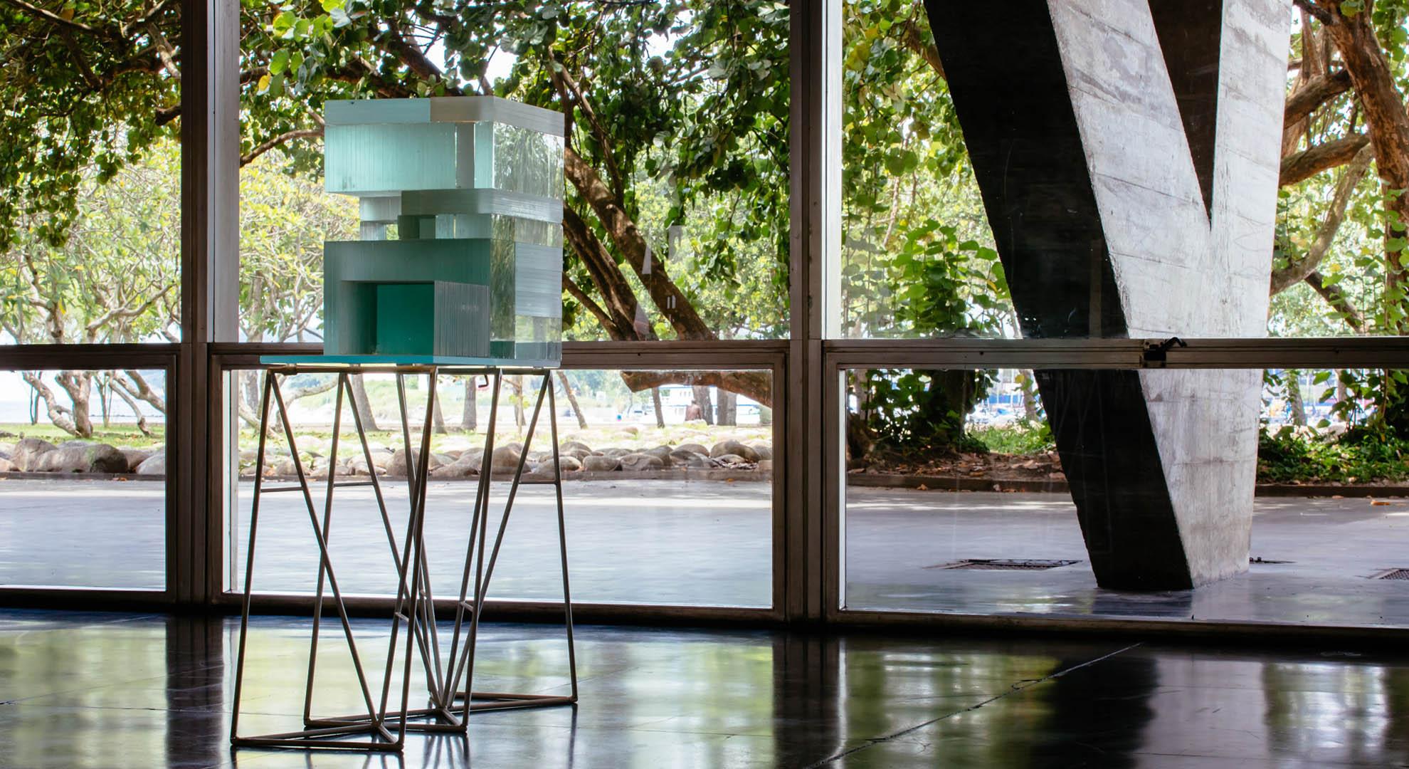 A study of the horizon behind a colonnade, in an exhibition in Rio de Janeiro.
