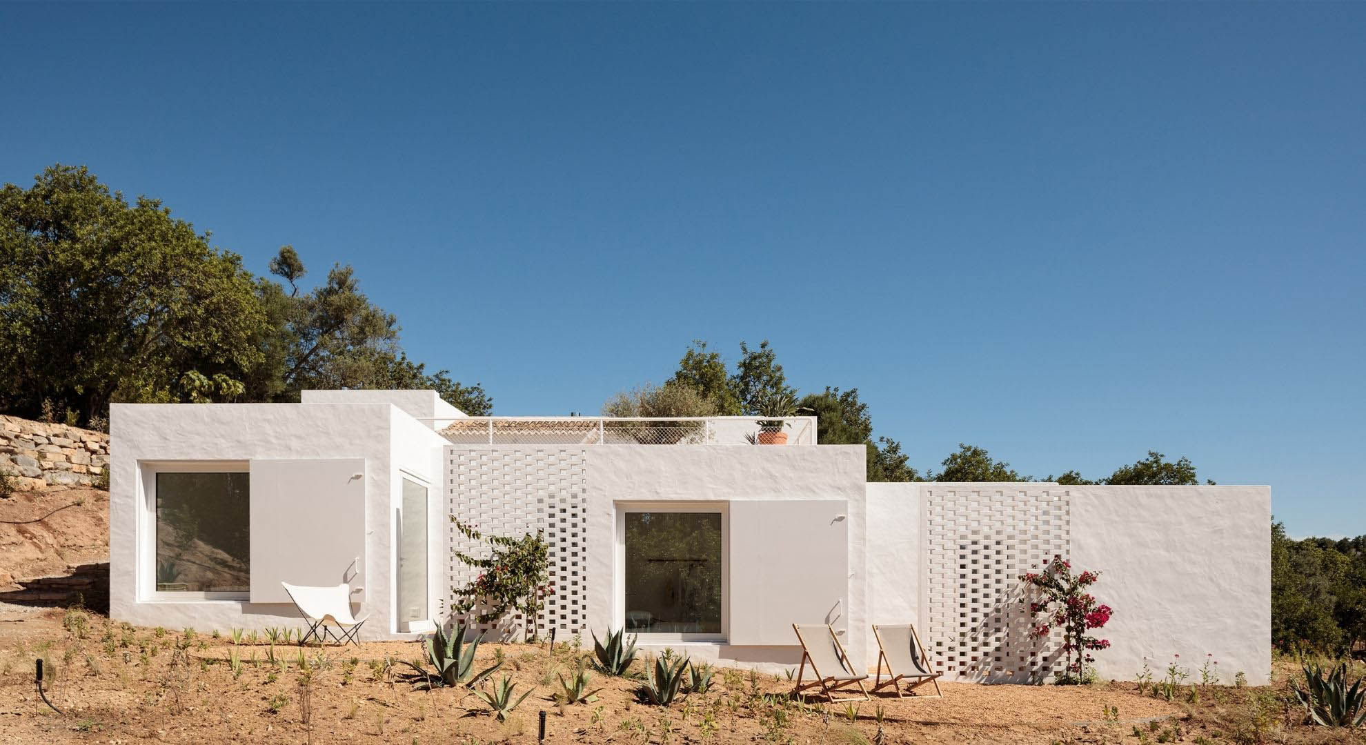 Casa Um is a reuse project by Atelier Rua.