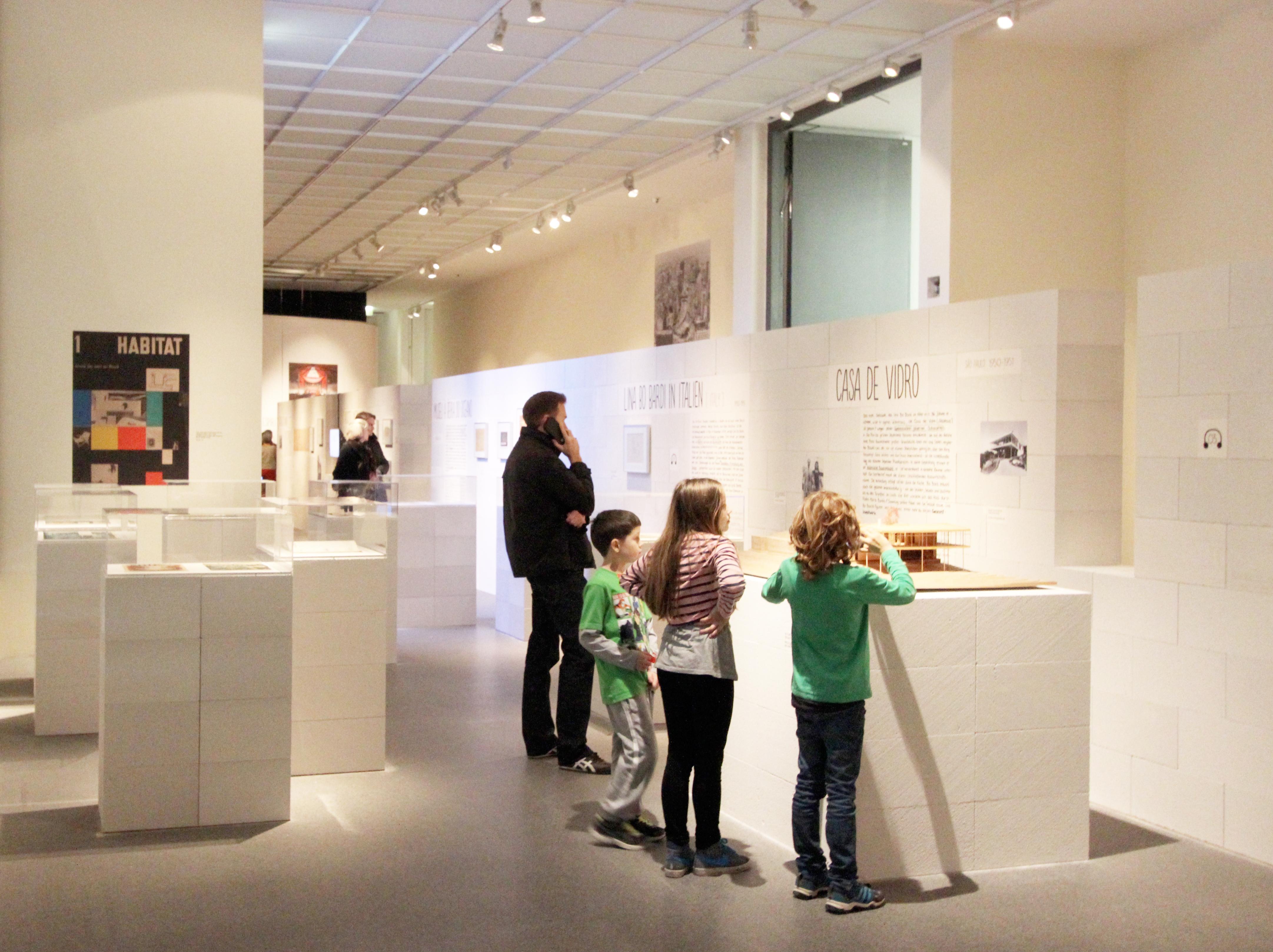 Niños en la exposición sobre Lina Bo Bardi.