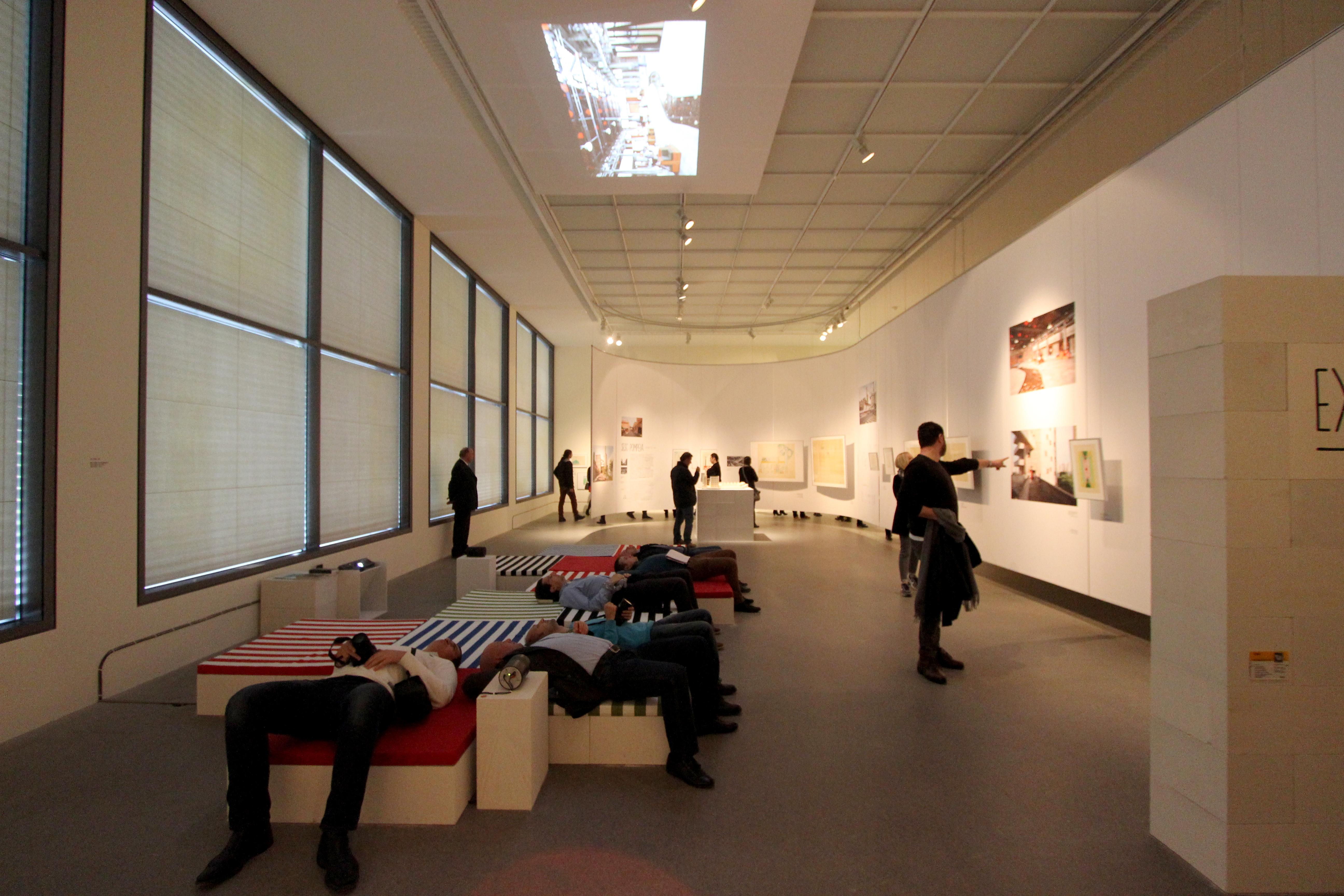 Inmersos en una instalación sonora en la exposición sobre Lina Bo Bardi.